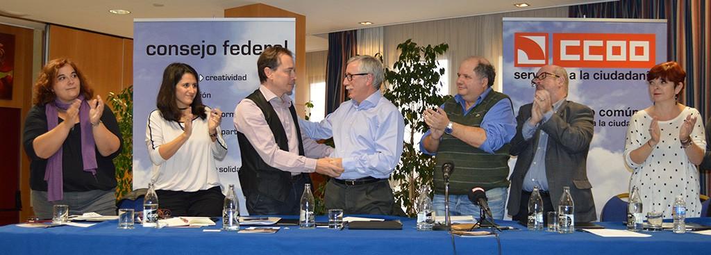 Ignacio Fernández Toxo felicita a Javier Jiménez por su elección. Girona, 28 de noviembre de 2014. Archivo FSC-CCOO